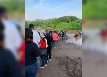 Miles de nicaragüenses cruzan el río Somotillo para vacunarse contra el COVID-19 en Honduras. Foto: Artículo 66 / Cortesía
