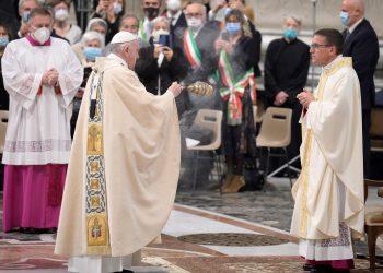 El papa Francisco ordena obispo al chileno Andrés Ferrada Moreira. Foto: Artículo 66 / EFE