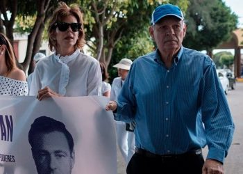 Perdo Joaquín Chamorro junto a su hermana Cristiana en una visita a la tumba de su padre. Foto: Confidencial.
