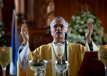 """Obispo Báez pide no olvidar a los """"presos políticos"""" ni exiliados"""