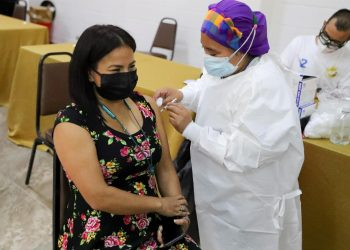Fotografía de archivo en la que se registró el proceso de vacunación contra la covid-19 de una mujer en Tegucigalpa (Honduras). Foto: Artículo 66 / EFE/Gustavo Amador
