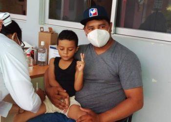 Vacunación a niños en medio de campaña política. Foto: Medios oficialistas